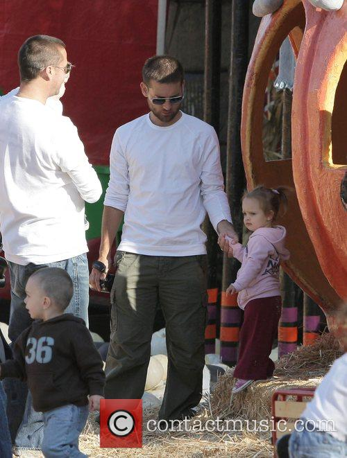 Tobey Maguire and Daughter Ruby At Mr. Bones Pumpkin Patch In West Hollywood 2