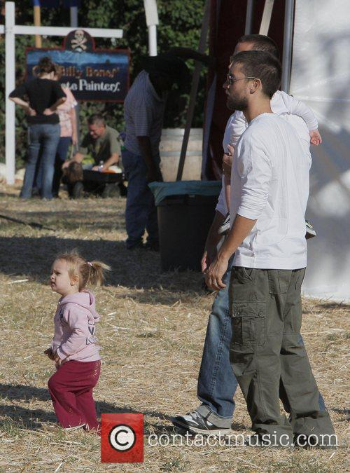 Tobey Maguire and Daughter Ruby At Mr. Bones Pumpkin Patch In West Hollywood 6