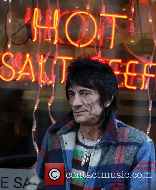 STONE ME! Rolling Stone Ronnie Wood gets some...