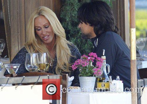 Shauna Sand out having lunch with a male...