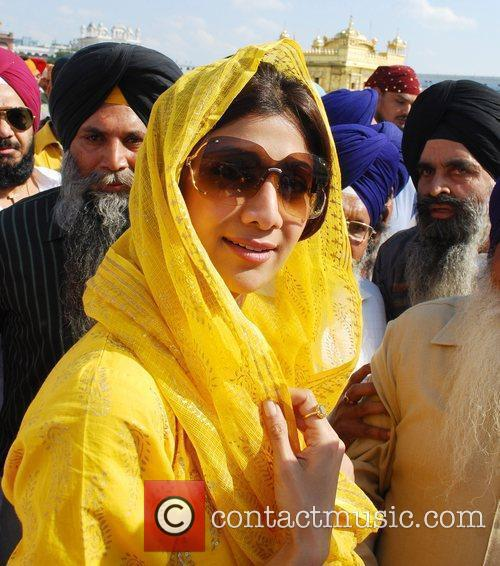 Shilpa Shetty visits the Golden Temple in Amritsar...