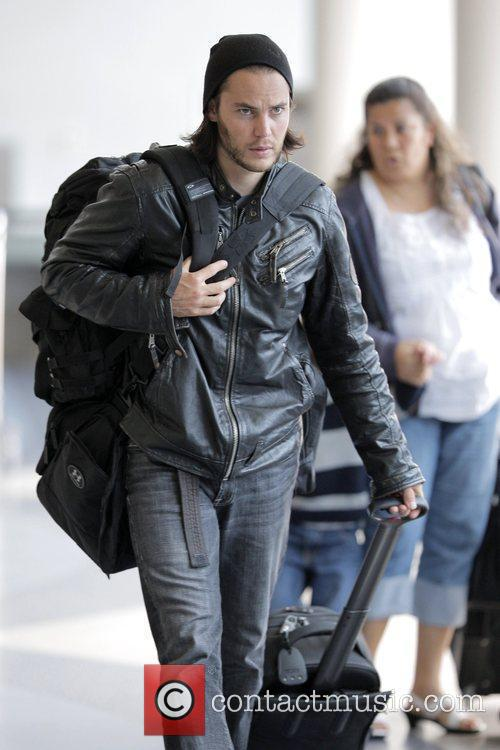 'friday Night Lights' Star Taylor Kitsch Arrives At Lax Airport To Catch An American Airlines Flight 8