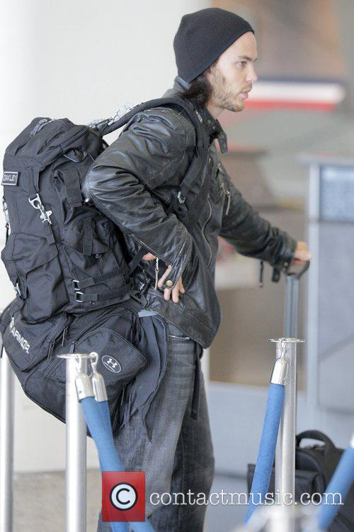 'friday Night Lights' Star Taylor Kitsch Arrives At Lax Airport To Catch An American Airlines Flight 2