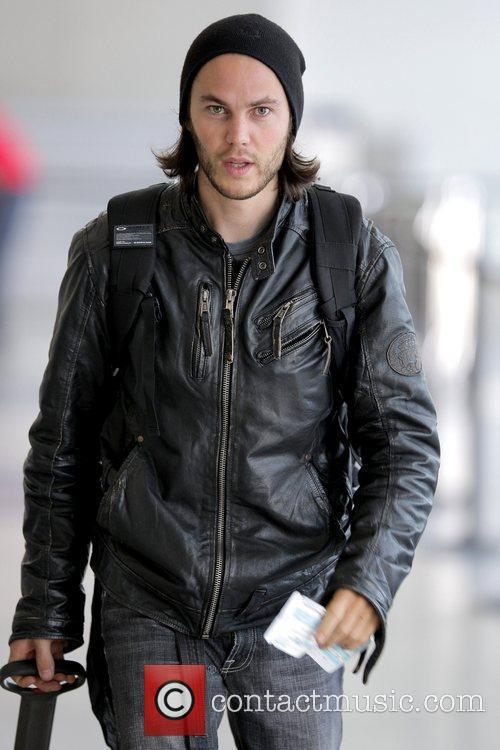'friday Night Lights' Star Taylor Kitsch Arrives At Lax Airport To Catch An American Airlines Flight 5