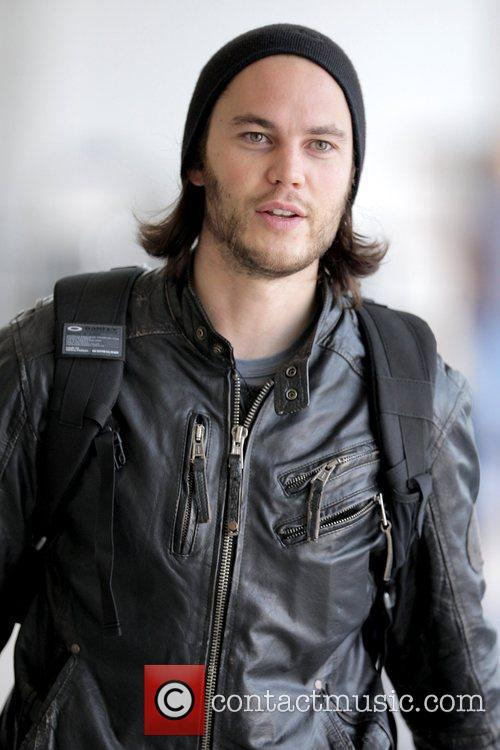'friday Night Lights' Star Taylor Kitsch Arrives At Lax Airport To Catch An American Airlines Flight 1