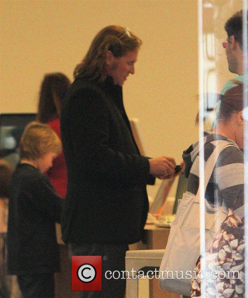 Val Kilmer goes shopping at the Apple store...