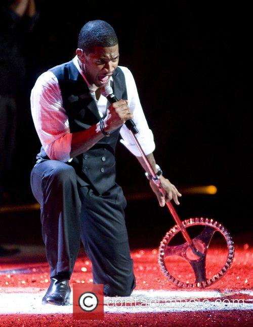 Usher performs on the runaway at the 2008...