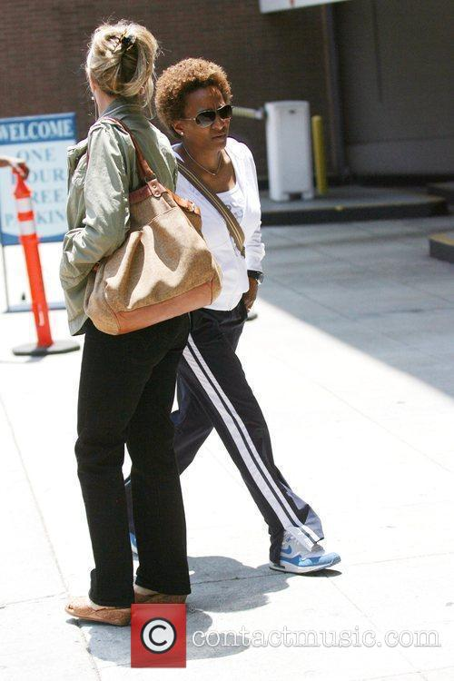 Stand-up Comedienne Wanda Sykes Visits A Medical Building In Beverly Hills - Her Wife Alex Gave Birth To Twins Olivia Lou 4