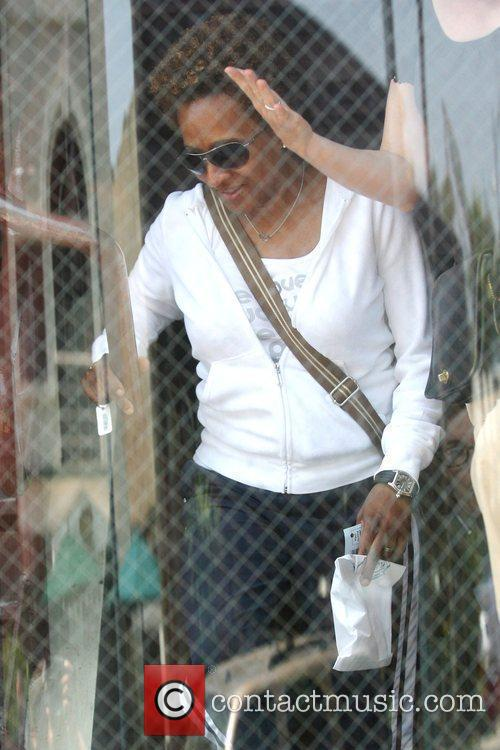 Stand-up Comedienne Wanda Sykes Visits A Medical Building In Beverly Hills - Her Wife Alex Gave Birth To Twins Olivia Lou 5