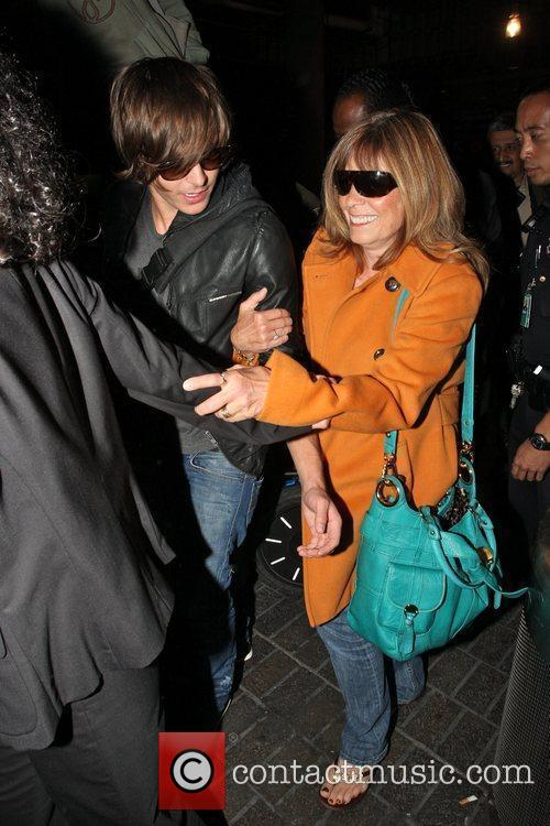 Zac Efron and His Mother Arrive At Lax On A Ba Flight From London. 5