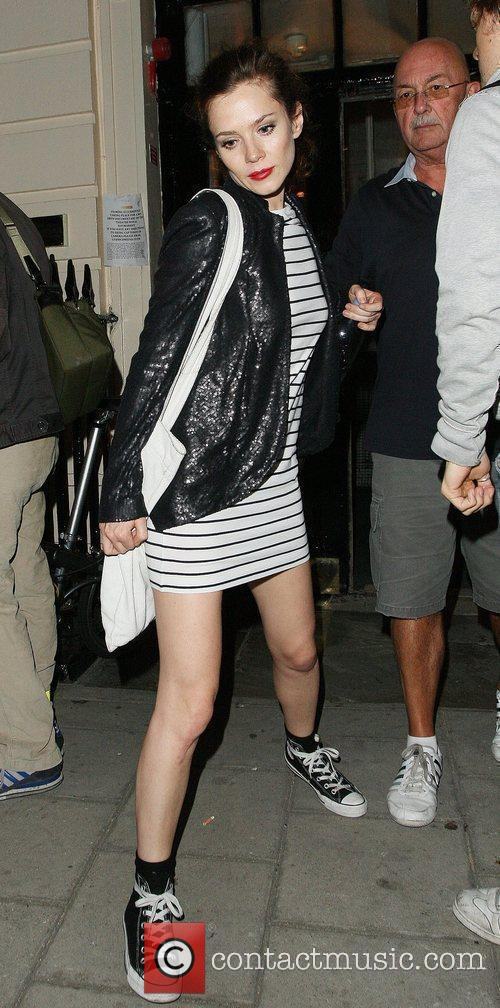 Anna Friel leaving a hotel wearing converse trainers...