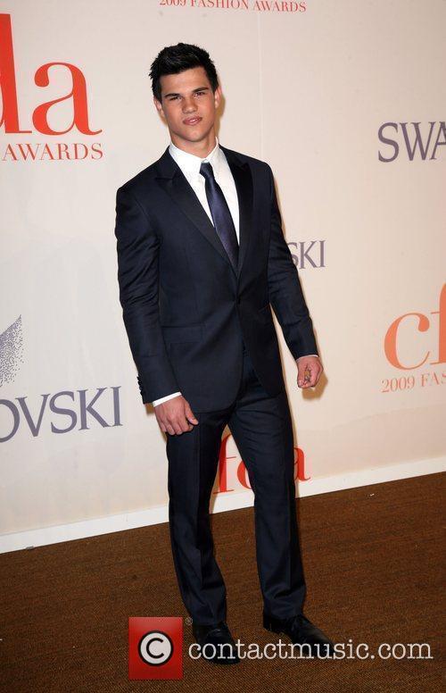 Taylor Lautner and Cfda Fashion Awards 4