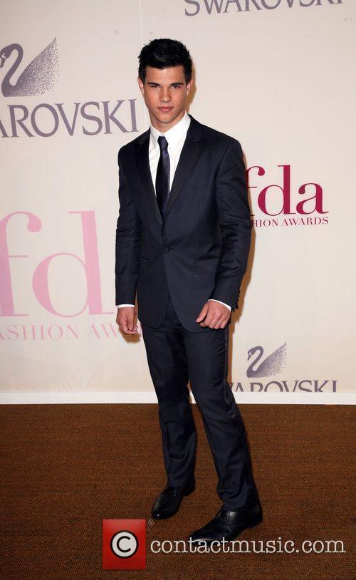 Taylor Lautner and Cfda Fashion Awards 3