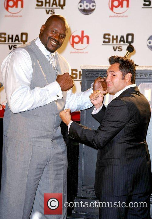 Shaquille O'Neal poses with boxer Oscar De La...