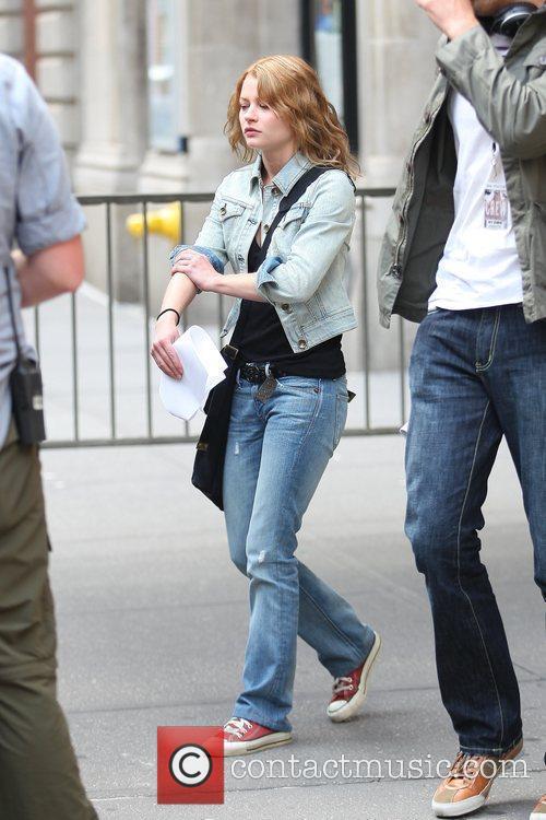 Emilie De Ravin Walk To Her Her Trailer During A Break On The Film Set Of 'remember Me' 6