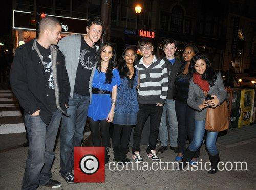Mark Salling, Cory Monteith, 2 fans, Kevin McHale, Chris Colfer, Amber Riley from CW's Glee
