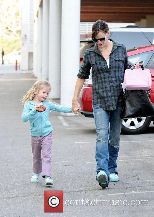 Picks up her daughter, Violet Affleck, from school