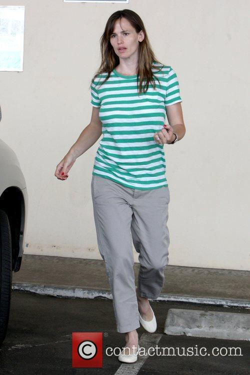 Drops off her daughter, Violet Affleck, at school...