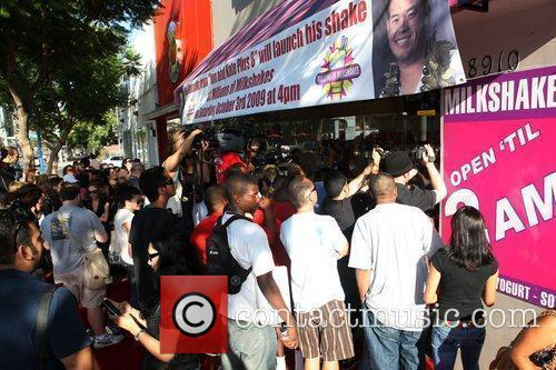 A Large Crowd Wait Outside As Jon Gosselin Visits Millions Of Milkshakes To Make A Custom Shake With 8 Ingredients 2