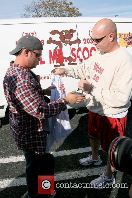 Jon Gosselin signs an autograph for a fan...