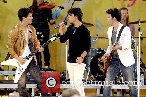 Nick Jonas, Joe Jonas and Kevin Jonas 5