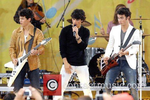 Nick Jonas, Joe Jonas and Kevin Jonas 4