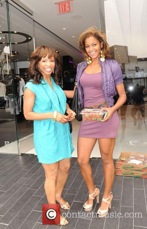 Elise Neal and Claudia Jordan Buying Strawberries On Robertson Boulevard After Having Lunch At The Ivy 3