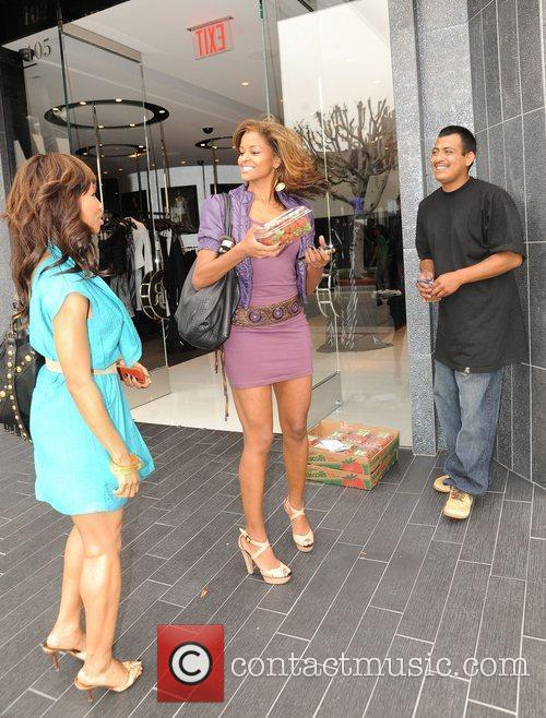 Elise Neal and Claudia Jordan Buying Strawberries On Robertson Boulevard After Having Lunch At The Ivy 4