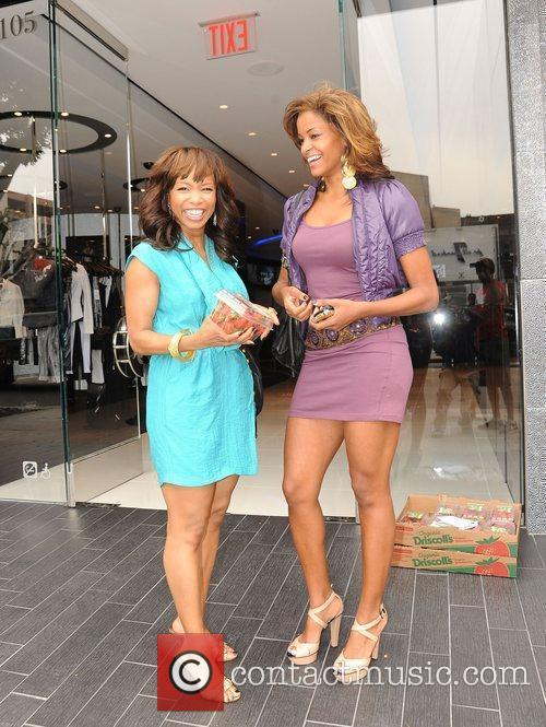 Elise Neal and Claudia Jordan Buying Strawberries On Robertson Boulevard After Having Lunch At The Ivy 1