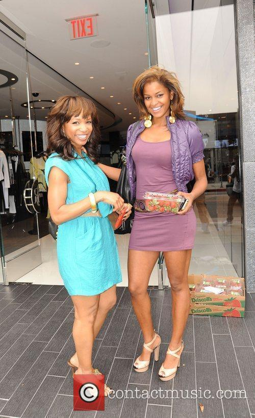 Elise Neal and Claudia Jordan Buying Strawberries On Robertson Boulevard After Having Lunch At The Ivy 5