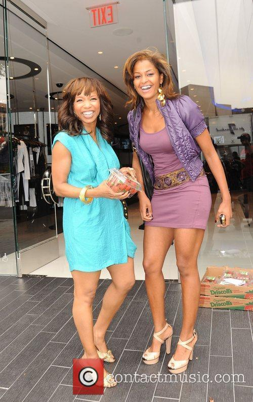 Elise Neal and Claudia Jordan Buying Strawberries On Robertson Boulevard After Having Lunch At The Ivy 2