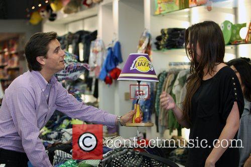 Khloe Kardashian Shopping With Her Sister 1