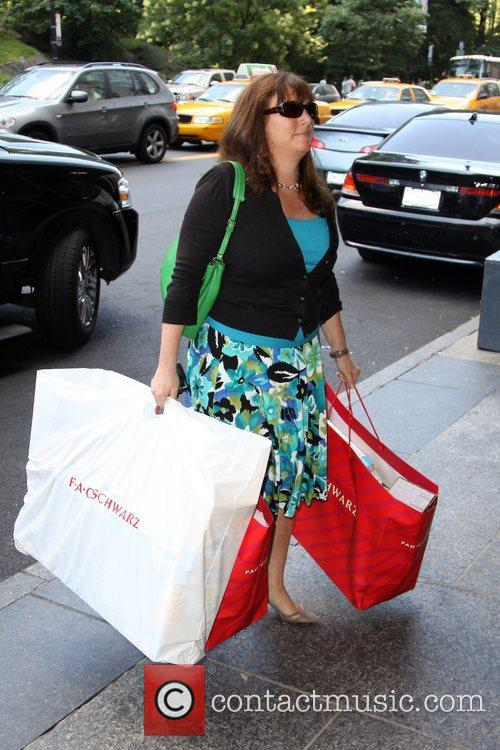 Kate Gosselin's assistant seen carrying the shopping bag...