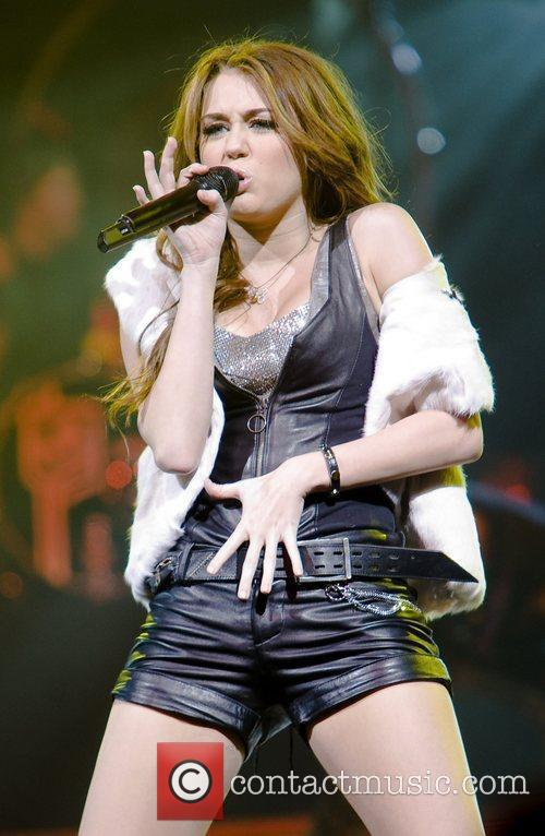 Performs live in concert at the United Center