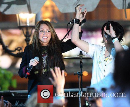 Miley Cyrus and Mitchel Musso 3