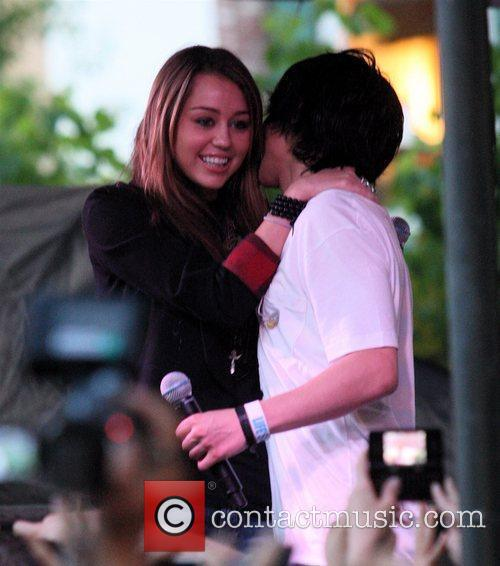 Miley Cyrus and Mitchel Musso 8