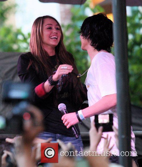 Miley Cyrus and Mitchel Musso 9