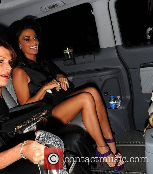 katie price with a cut on her left leg 2677801