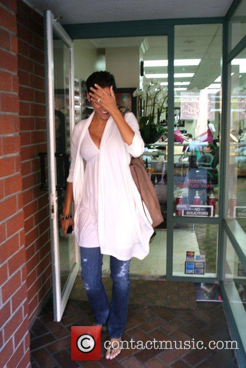 Nicole Mitchell leaves a beauty salon after getting...