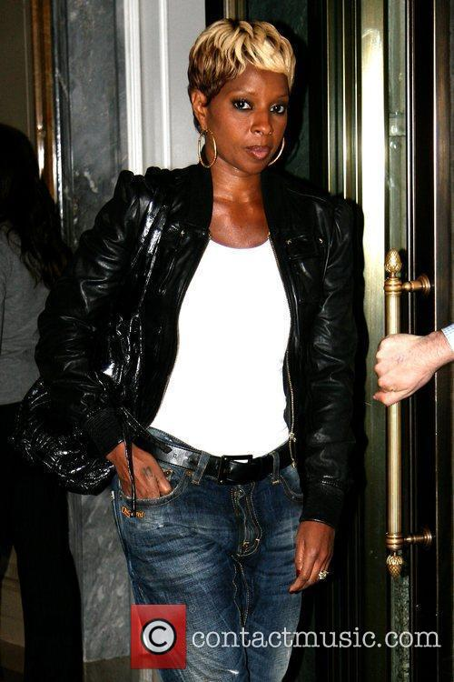 Leaving her Manhattan hotel while wearing rolled up...