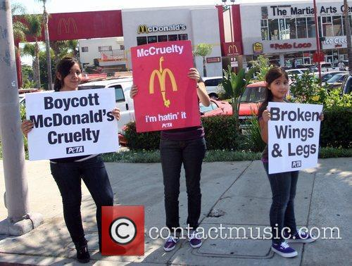 Protesters Stand Outside A Mcdonalds Restaurant In A Bid To Trigger A Change In The Way Chickens Are Slaughtered In The Us For Fast Food Chains 3