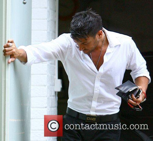 Peter Andre successfully parks his Bentley into his...