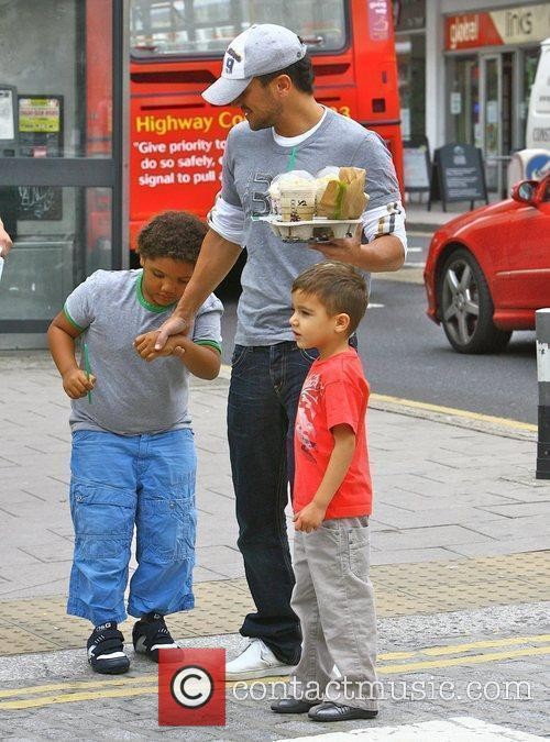 Peter Andre goes to Starbucks with his son...