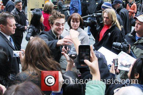 'Twilight' hunk Robert Pattinson signs autographs for fans...