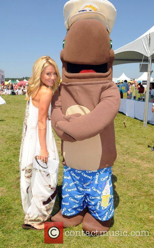 Kelly Ripa and Fudgie the Whale Super Saturday...