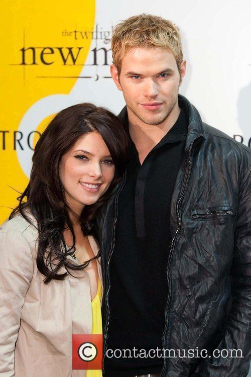Kellan Lutz and Ashley Greene meet and sign...