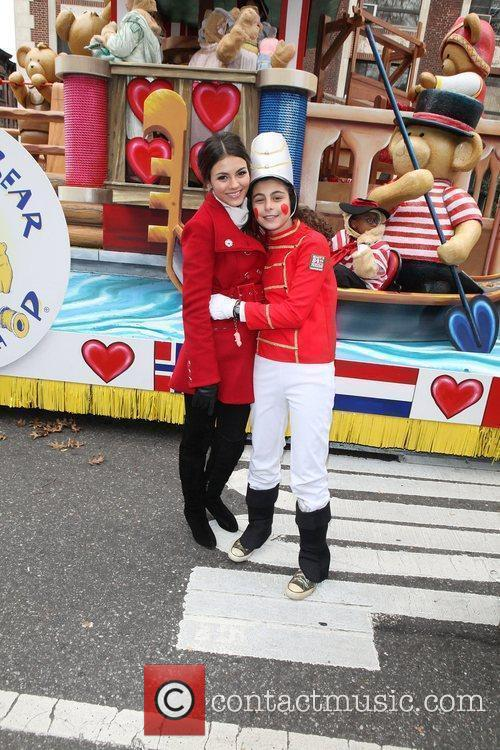 Victoria Justice and Melissa Rivers 11
