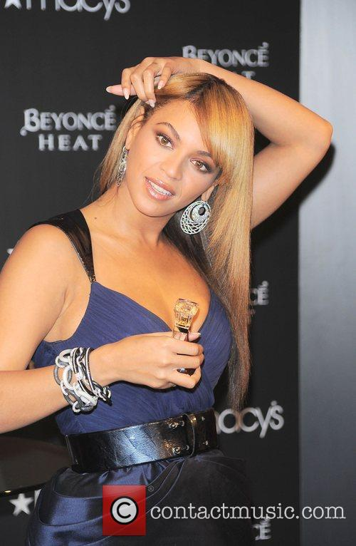 Beyonce at Macys promoting her new Fragrance Heat...