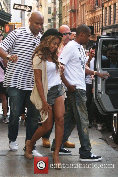 Beyonce Knowles and Jay Z depart a resaturant...