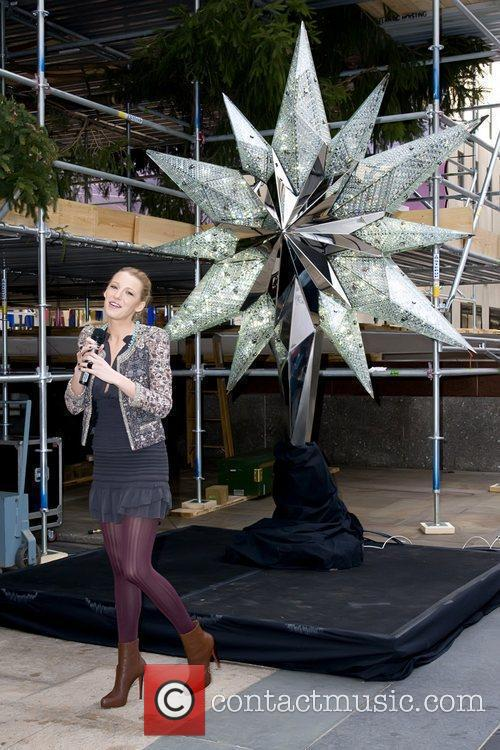 Unveils the Swarovski star that will top the...